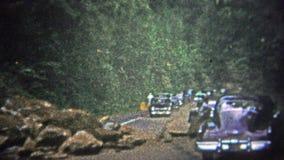 LE TENNESSEE, ETATS-UNIS - 1952 : La glissière de roche bloque le trafic sur le chemin par Great Smoky Mountains clips vidéos