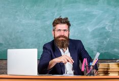 Le tenue de soirée de professeur reposent le fond de tableau de salle de classe de table Attention de salaire aux détails Barbu c photographie stock