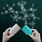 Le tenute 3d virtuale della mano di medico dello scienziato aprono la pillola della capsula Immagine Stock