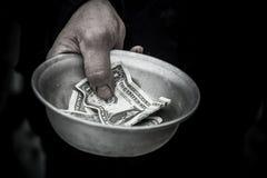 Le tenute dell'uomo nel piatto Immagine Stock Libera da Diritti