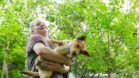 Le tenute della ragazza sul cane delle mani HD stock footage