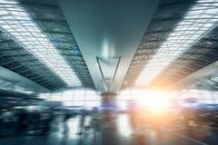 Le terminal d'aéroport international moderne s'est allumé par la lumière du soleil Photo stock
