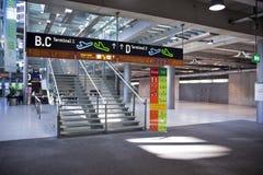 Le terminal d'aéroport signe le koln/Bonn Images stock