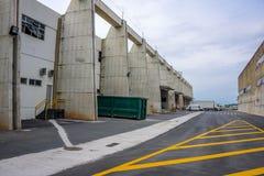 Le terminal de cargaison dans le vieil aéroport de Galeao et inscription jaune sur le plancher Rio de Janeiro, Brésil Photo stock