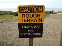 Le terrain accidenté de précaution jaune vous remercient des signes de tabagisme photo libre de droits