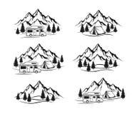 Le terrain de camping avec la caravane de campeur, tente, montagnes rocheuses, labels de forêt de pin, emblèmes, badges l'ensembl Images libres de droits