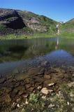 le terrain de camping effraye le lac de distance Photographie stock libre de droits