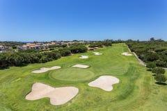 Le terrain de golf soigné pendant l'été image stock