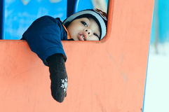 Le terrain de jeu d'hiver de garçon est fatigué Images libres de droits