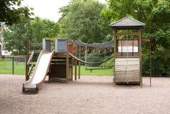 Le terrain de jeu des enfants avec la glissière, cadre de s'élever et basculer Image stock