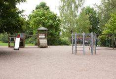 Le terrain de jeu des enfants avec la glissière, cadre de s'élever et basculer Images libres de droits