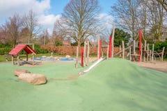 Le terrain de jeu des enfants avec un plancher en caoutchouc photos stock