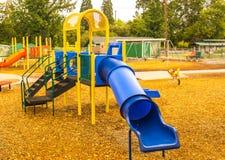 Le terrain de jeu des enfants dans l'automne Images libres de droits