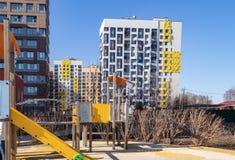 Le terrain de jeu des enfants dans la cour de la zone résidentielle une journée de printemps ensoleillée Complexe de logements image stock