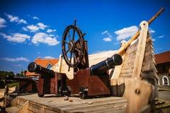 Le terrain de jeu des enfants dedans du vieux bateau de pirate Images stock