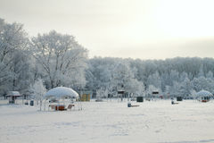 Le terrain de jeu des enfants en hiver Photographie stock