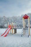 Le terrain de jeu des enfants en hiver Photos libres de droits