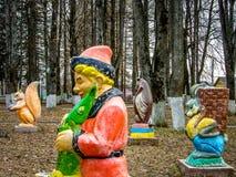 Le terrain de jeu des enfants en parc de ville de la ville de Medyn, Photo stock
