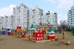 Le terrain de jeu des enfants modernes sur la rue Khatayevich, Gomel, Belar Image stock