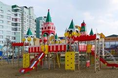 Le terrain de jeu des enfants modernes sur la rue Khatayevich, Gomel, Belar Images stock