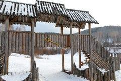 Le terrain de jeu des vieux enfants en bois photographie stock libre de droits