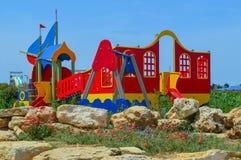 Le terrain de jeu du ` s d'enfants est situé dans un secteur pittoresque images libres de droits