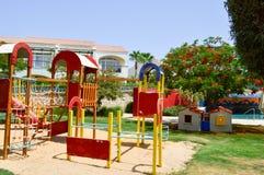 Le terrain de jeu gai du ` s d'enfants avec des glissières poncent des magmas jouant des jeux et des conceptions une station de v images stock