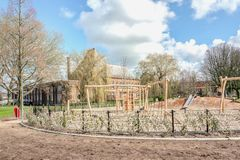 Le terrain de jeu public des enfants avec le ciel ensoleill? photo stock