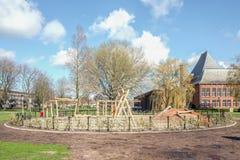 Le terrain de jeu public des enfants avec le ciel ensoleill? image stock