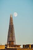 Le tesson et la lune au coucher du soleil Images stock