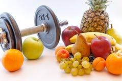Le teste di legno ed i frutti assortiti e la misura legano il concetto con un nastro sano di perdita di peso di stile di vita Fotografia Stock Libera da Diritti
