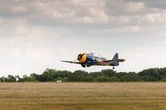 Le Texan AT-6 vole bas au-dessus de la piste Photographie stock