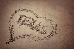 Le Texas et coeur écrits sur le sable de plage Photo libre de droits