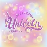 Le texte bienvenu d'Unicorn Party d'isolement sur le pastel a coloré le fond illustration stock