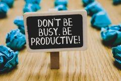 Le texte d'écriture écrivant Don t pas soit occupé Soyez productif Le concept signifiant le travail organisent efficacement votre image stock