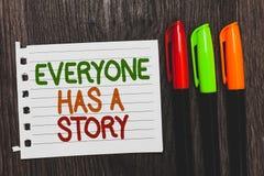 Le texte d'écriture chacun a une histoire Fabulation de fond de signification de concept indiquant à vos contes de souvenirs des  photos stock
