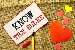 Le texte d'écriture connaissent les règles La signification de concept se rende compte des procédures de protocoles de règlements Photos libres de droits