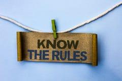 Le texte d'écriture connaissent les règles La signification de concept se rende compte des procédures de protocoles de règlements Photographie stock libre de droits