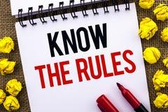 Le texte d'écriture connaissent les règles La signification de concept se rende compte des procédures de protocoles de règlements Images libres de droits