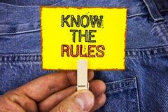 Le texte d'écriture de Word connaissent les règles Le concept d'affaires pour des termes et conditions Understand obtiennent l'av Photos libres de droits