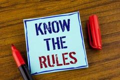 Le texte d'écriture de Word connaissent les règles Le concept d'affaires pour des termes et conditions Understand obtiennent l'av Photo stock
