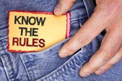Le texte d'écriture de Word connaissent les règles Le concept d'affaires pour des termes et conditions Understand obtiennent l'av Photo libre de droits