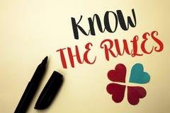 Le texte d'écriture de Word connaissent les règles Le concept d'affaires pour se rende compte des procédures de protocoles de règ Photos stock