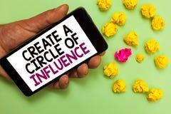 Le texte d'écriture de Word créent un cercle d'influence Le concept d'affaires pour soit un chef d'influencer motivent l'autre ho image stock