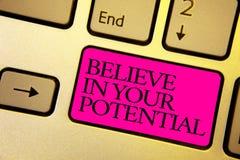Le texte d'écriture de Word croient en votre potentiel Le concept d'affaires pour font s'inspirer le motiavate de confiance en so photos stock