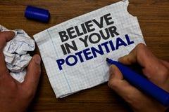 Le texte d'écriture de Word croient en votre potentiel Le concept d'affaires pour font s'inspirer le motiavate de confiance en so images libres de droits