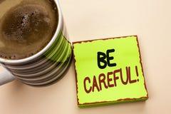 Le texte d'écriture de Word fasse attention Le concept d'affaires pour le soin d'avertissement d'avis d'une attention de précauti photos stock