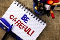 Le texte d'écriture de Word fasse attention Le concept d'affaires pour le soin d'avertissement d'avis d'une attention de précauti image stock