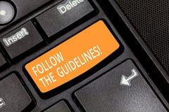 Le texte d'écriture de Word suivent les directives Concept d'affaires pour l'attention de salaire à la règle générale, aux princi photographie stock libre de droits