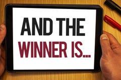 Le texte d'écriture et le gagnant est La signification de concept annonçant comme placent d'abord en concurrence ou emballent la  illustration stock